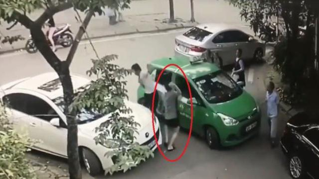 Tài xế taxi và người đi Mercedes đánh nhau vì chuyện đỗ xevề cách đỗ xe