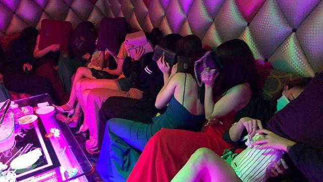 Tiếp viên 'karaoke ôm' vất dép bỏ chạy vào phòng bí mật trốn