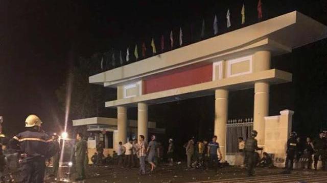 Đoàn người quá khích tràn vào trụ sở UBND tỉnh Bình Thuận