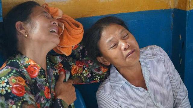 Người nhà gào khóc khi nghi phạm giết 5 người ở Bình Thân bị dẫn giải tới tòa