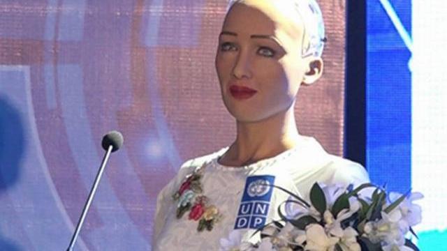 Được hỏi bằng tiếng Việt, Robot 4.0 Sophia mặc áo dài trắng trả lời nghe hết hồn!