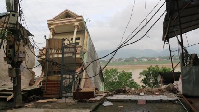 """Cận cản 5 ngôi nhà ở Hòa Bình bất ngờ đổ sập sau tiếng """"rắc rắc"""""""