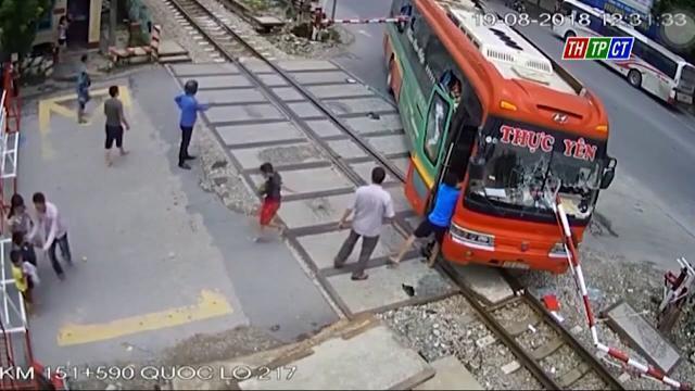 Thanh Hóa – Hành khách tháo chạy khỏi xe khách tông vượt rào chắn