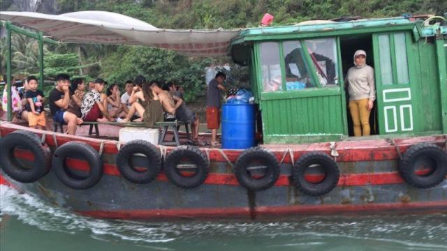 Đốt tàu thuyền bán rong ở Hạ Long: Tài sản của dân sao lại đốt?