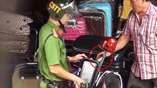 Chủ sạp 'quyền lực' giao vật giống tiền cho tổ cảnh sát