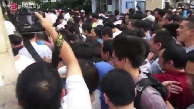 Đạp đổ cổng trường, xô đẩy để xin học ở trường Thực Nghiệm Hà Nội