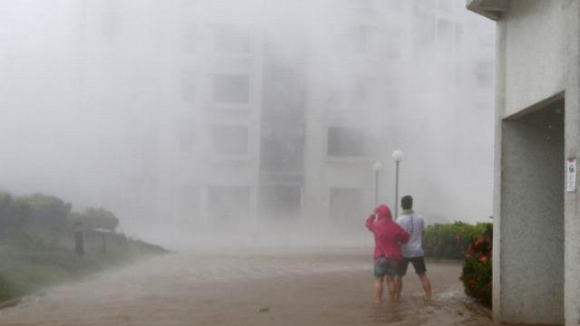 Bão Mangkhut xô nghiêng nhà cửa, người già ở Hồng Kông quyết không sơ tán