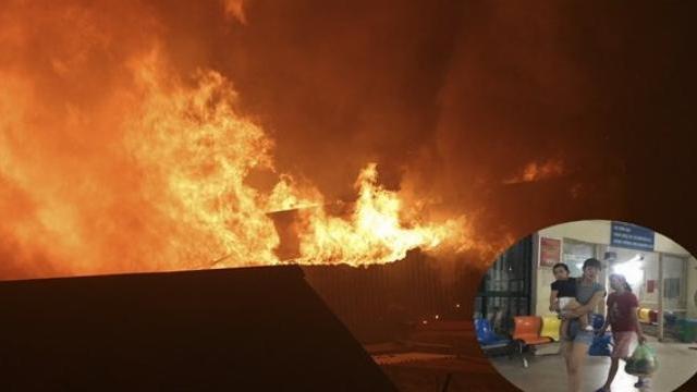 Hàng loạt ngôi nhà trên phố Đê La Thành bị cháy