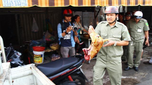 Người bán thịt chó ở TP.HCM nháo nhào khi bị kiểm tra
