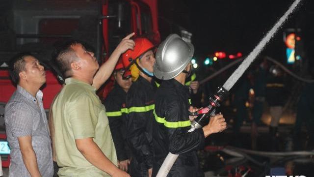 Nhiều người gào khóc thảm thiết khi khu nhà trọ bị cháy gần Bệnh viện Nhi TƯ