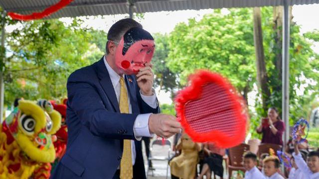 Đại sứ Mỹ múa lân, làm bánh trung thu với trẻ em khuyết tật Hà Nội