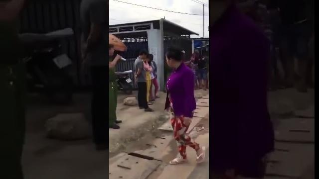 Công an bêu danh người mua bán dâm giữa phố