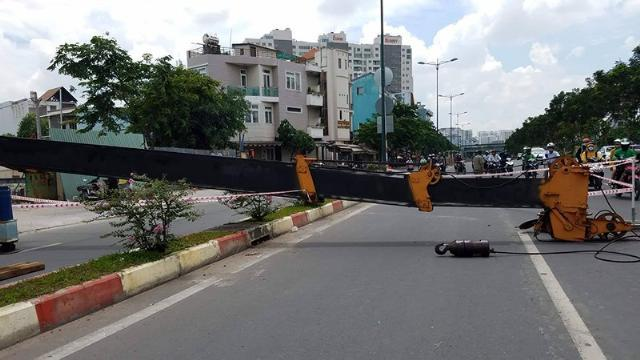 Cần cẩu 'khủng' đổ sập xuống đại lộ Phạm Văn Đồng
