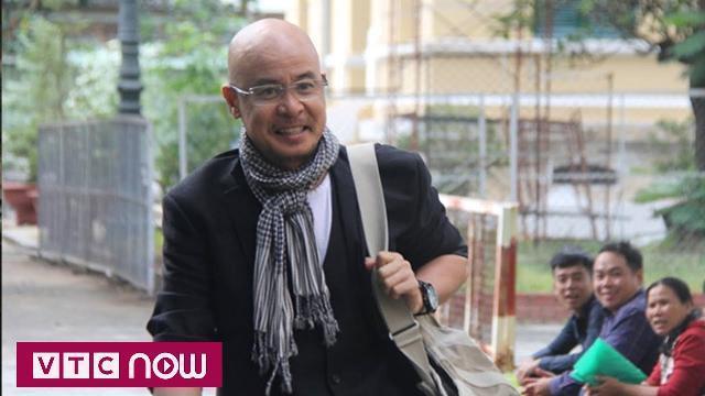 Đặng Lê Nguyên Vũ tươi cười đến tòa hòa giải ly hôn