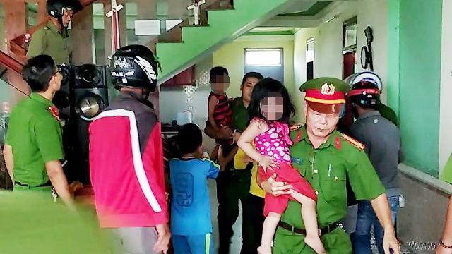 Clip Nghẹt thở giải cứu 3 đứa trẻ suýt bị bố đẻ thiêu chết