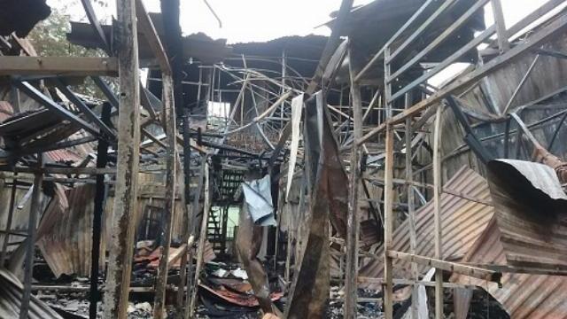 Lực lượng cứu hộ đưa thi thể hai nạn nhân vụ cháy ra ngoài ở gần Viện Nhi Trung ương