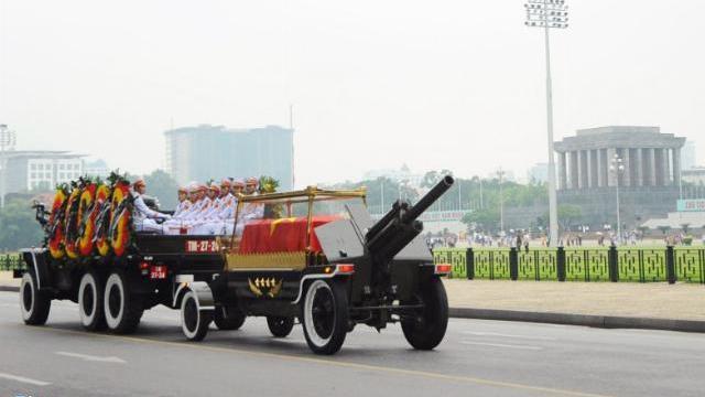 Xe tang đưa linh cữu Chủ tịch nước Trần Đại Quang qua các phố Hà Nội
