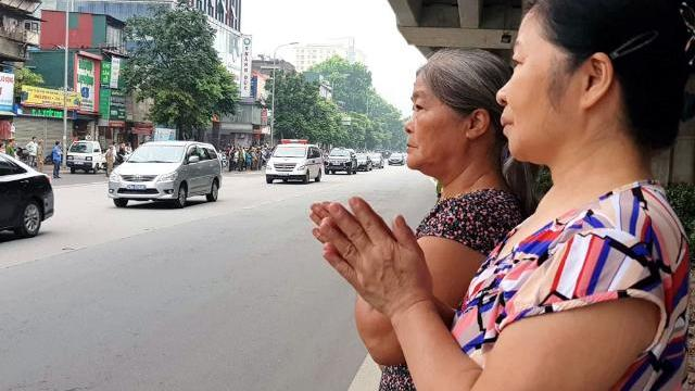 Người dân xếp hàng ở ngã tư Tràng Tiền tiễn đưa Chủ tịch Nước Trần Đại Quang về nơi an nghỉ cuối cùng
