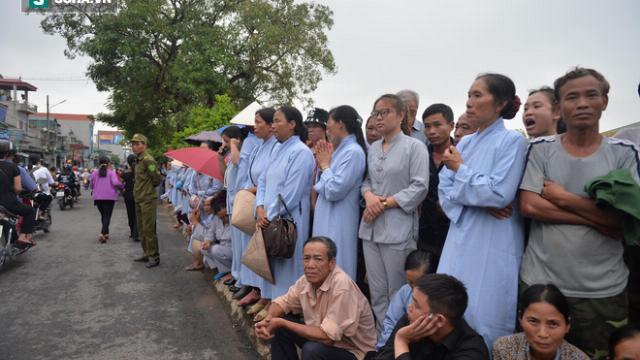 người dân đội mưa chờ đón đoàn xe đưa linh cữu Chủ tịch nước Trần Đại Quang về quê nhà