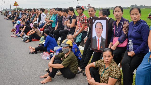 Người dân đội mưa chờ đón linh cữu Chủ tịch nước tại quê nhà