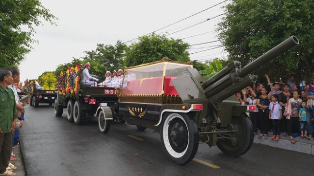 Xe tang đưa linh cữu Chủ tịch nước Trần Đại Quang về quê nhà ở xóm 13, xã Quang Thiện, huyện Kim Sơn, tỉnh Ninh Bình