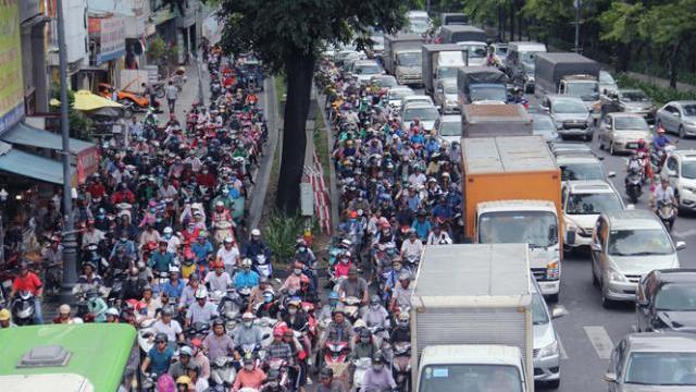 Cửa ngõ sân bay Tân Sơn Nhất kẹt xe cứng ngắc trưa cuối tuần