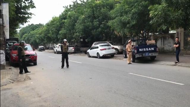 Cảnh sát vây bắt một đối tượng cố thủ trong nhà