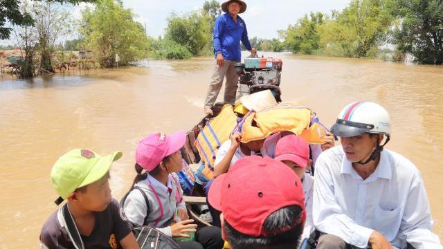 Kéo bè, đi đò- phương tiện giúp các em học sinh Quảng Ngãi đến trường mỗi ngày
