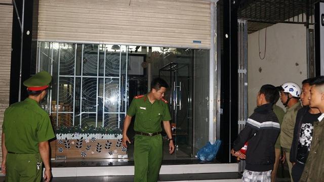 Bảo vệ và công tác khám xét căn nhà- nơi Sơn ôm mìn cố thủ