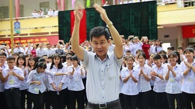 Học sinh THPT Hoa Lư A (Ninh Bình) bật khóc chia tay thầy hiệu trưởng