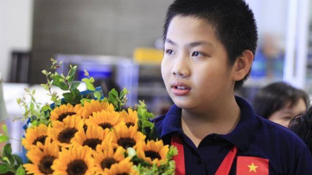 Đội tuyển Việt Nam về nước trong sự chào đón của gia đình, thầy cô, bạn bè