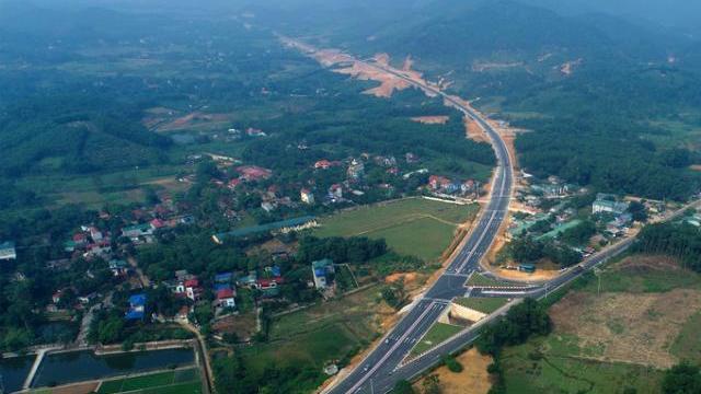 Tuyến đường Hòa Lạc-Hòa Bình nhìn từ trên cao.