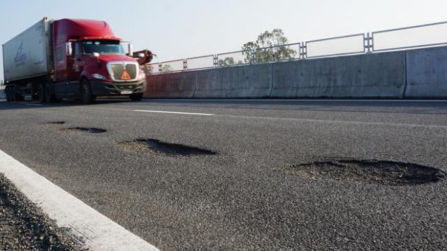 Cao tốc Đà Nẵng - Quảng Ngãi vừa đi vào hoạt động 1 tháng đã chi chít ổ gà, ổ trâu