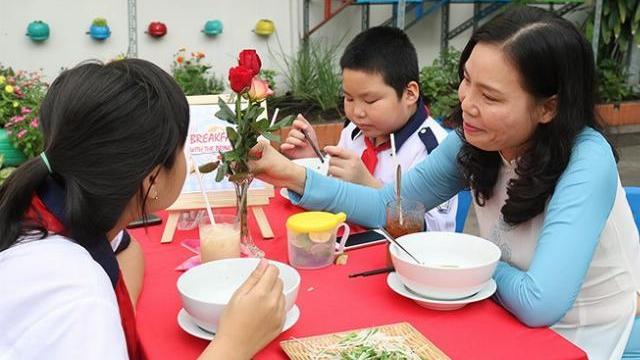 Học sinh ăn sáng, trò chuyện bằng tiếng Anh với hiệu trưởng