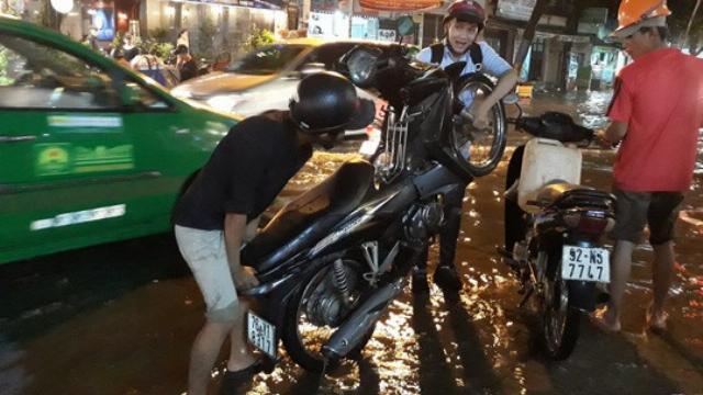 """TP HCM: Triều cường """"đụng"""" trời mưa, giao thông tê liệt"""