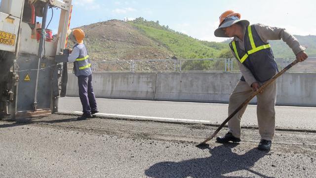 Công nhân cào nhựa trên đường cao tốc Đà Nẵng - Quảng Ngãi để làm lại
