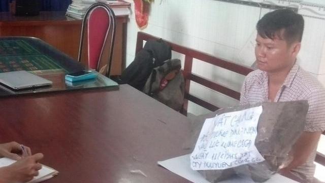 Chân dung kẻ ném tảng đá 33kg vào cảnh sát cơ động ở TP.HCM