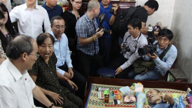 Bí thư Thành ủy TP HCM Nguyễn Thiện Nhân thăm hỏi người dân Thủ Thiêm