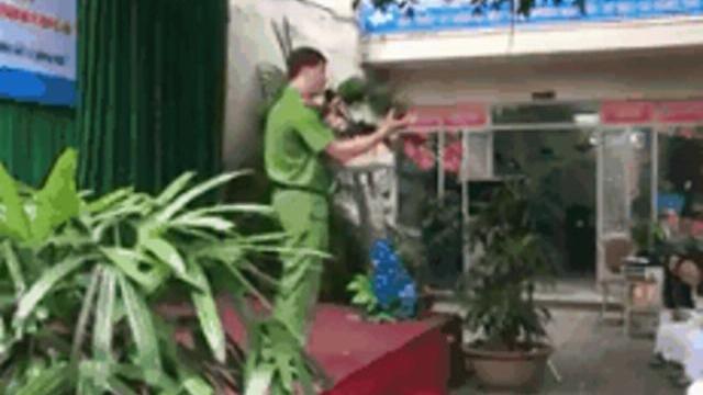 """Chiến sĩ công an dạy các độc chiêu """"hành hạ"""" yêu râu xanh"""