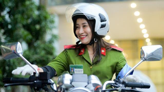 Nữ cảnh sát tương lai điều khiển xe môtô điệu nghệ