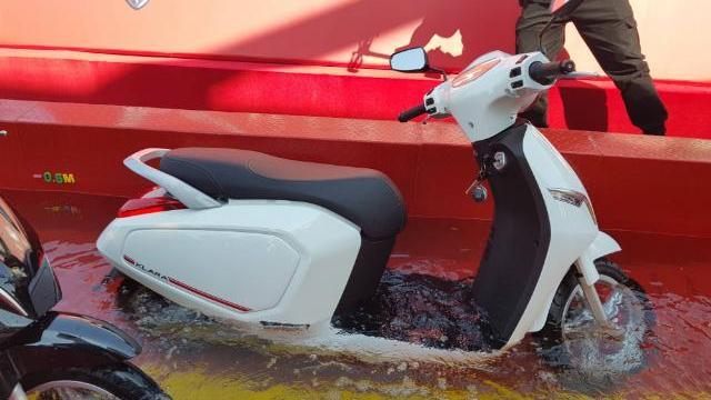 Những chiếc xe máy Vinfast Klara hoạt động ra sao? Sau 30phút ngâm dưới nước ngập sâu 50cm