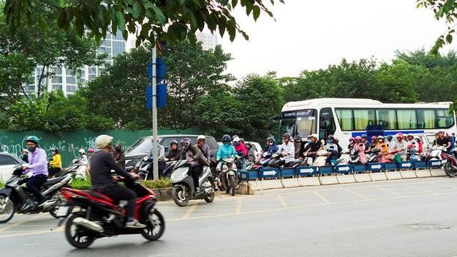 Hà Nội: CSGT lập chốt ngăn dắt bộ xe máy trên vỉa hè, người dân phá rào đối phó