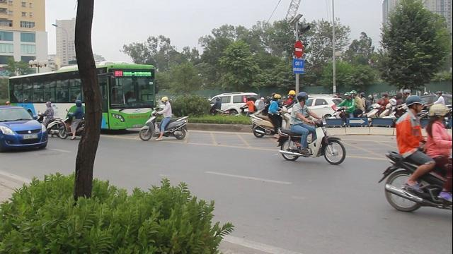 Hú hồn xe máy phi ngược chiều 'cắt mặt' buýt nhanh BRT