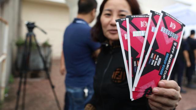 Dân phe thét giá gần chỉ vàng một cặp vé trận Việt Nam - Malaysia