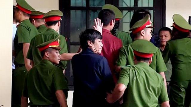 Ông Nguyễn Thanh Hóa vẫy tay chào người thân trong vụ án đánh bạc nghìn tỷ