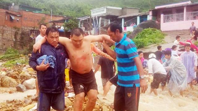 Người dân kể lúc sạt lở và nước tràn vào nhà