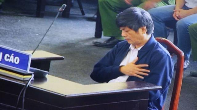 Ông Nguyễn Thanh Hóa ôm ngực khi nghe nhiều người liên quan, bị cáo 'tố' khai không đúng sự thật