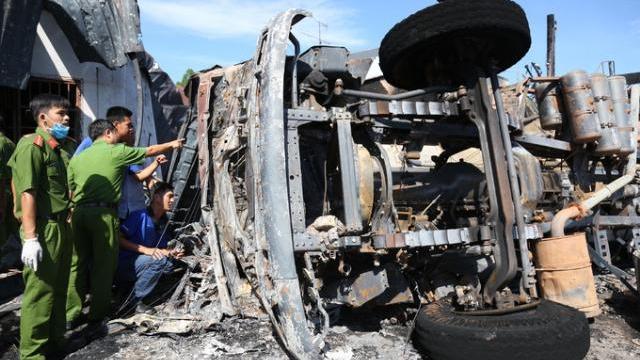 Cảnh sát khám nghiệm hiện trường cháy xe bồn chở xăng làm 6 người chết