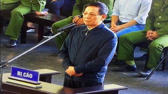 Cựu trung tướng Phan Văn Vĩnh nói mình đã đưa cả đàn ong vào trong tay áo