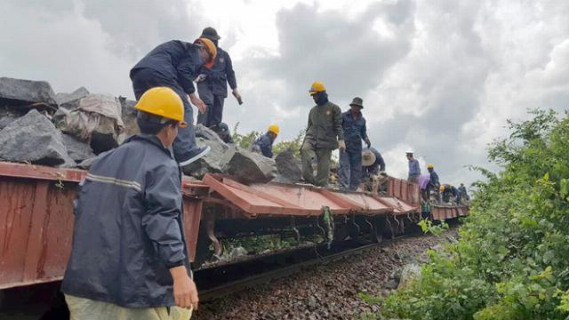 Đường sắt Bắc - Nam tê liệt vì sạt lở